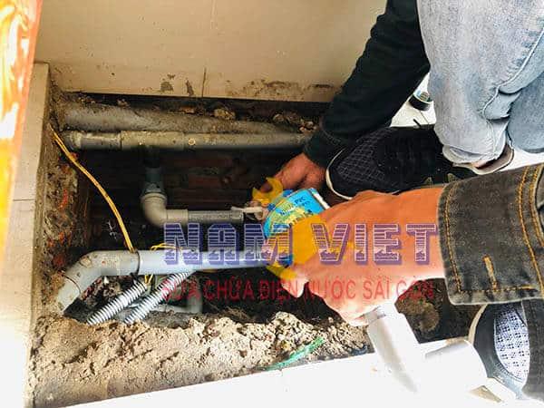 Sửa rò rỉ ống nước vào máy bơm