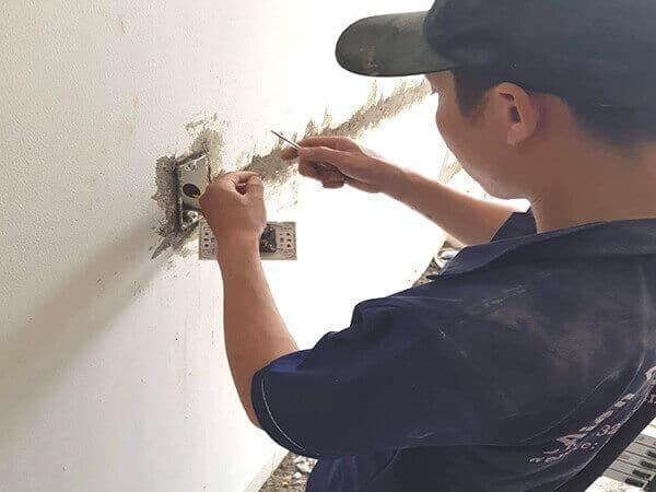 Lắp thêm ổ cắm điện âm tường