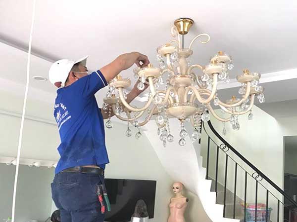 Thợ lắp bóng đèn chùm tại TPHCM